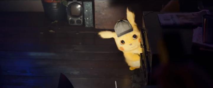 Détective Pikachu film Pikachu caché derrière un canapé et éclairé par une lampe torche