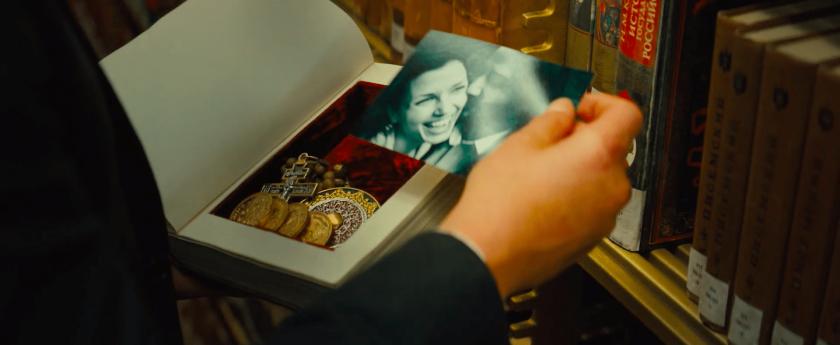 John wick parabellum 2019 John Wick dans une bibliothèque retrouve quelques biens personnels dans un livre