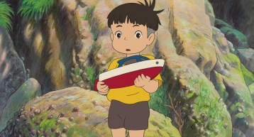 Ponyo sur la falaise sosuke tenant dans ses bras un petit bateau