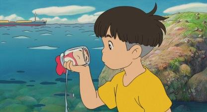 Ponyo sur le falaise sosuke decouvre au bord de la mer ponyo coincée dans un bocal de confiture