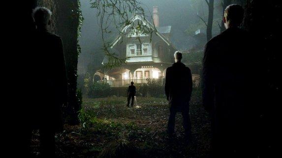 Prédictions film 2009 des hommes étranges en noirs surveillent une maison près des bois