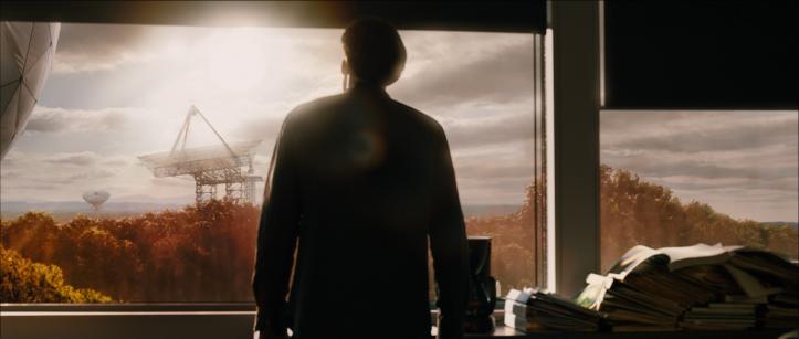 Prédictions film Alex Proyas john de dos regardant le ciel où le soleil nous éblouit