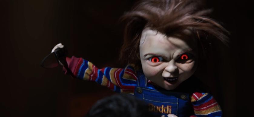 child's play 2019 Chucky les yeux rouges plongeant couteau à la main sur sa victime