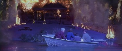 Le Pic de Dante 1997 harry rachel ses enfants et sa belle mere sur un bateau pendant qu'une maison prend feu entourée de coulée de lave