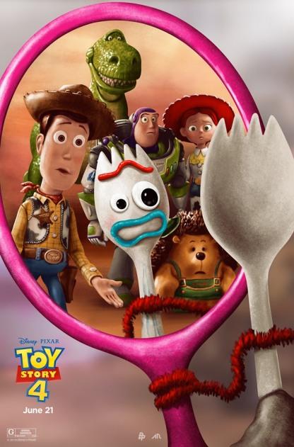 Toy Story 4 affiche fourchette aux cotés de woody et cie terrifié en se regardant dans un miroir
