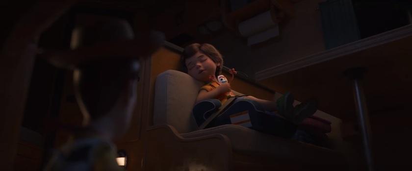 Toy Story 4 Bonnie dort en compagnie de Fourchette sous les yeux attristés de Woody