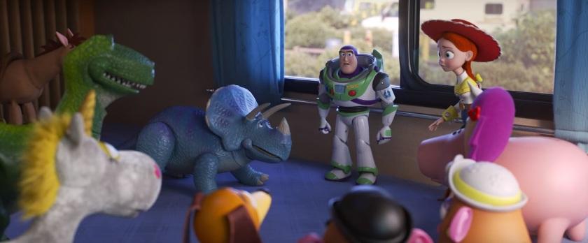 Toy Story 4 Buzz L'éclair entouré de Jessie et leurs compagnons établissent un plan pour retrouver Woody