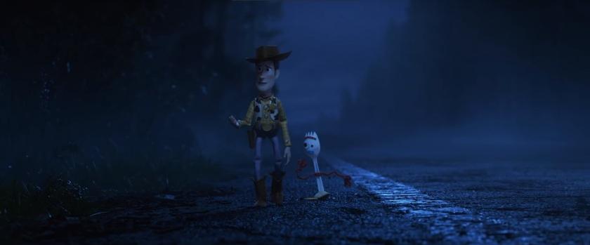 Toy Story 4 Woody discute avec Fourchette sur la route pendant la nuit