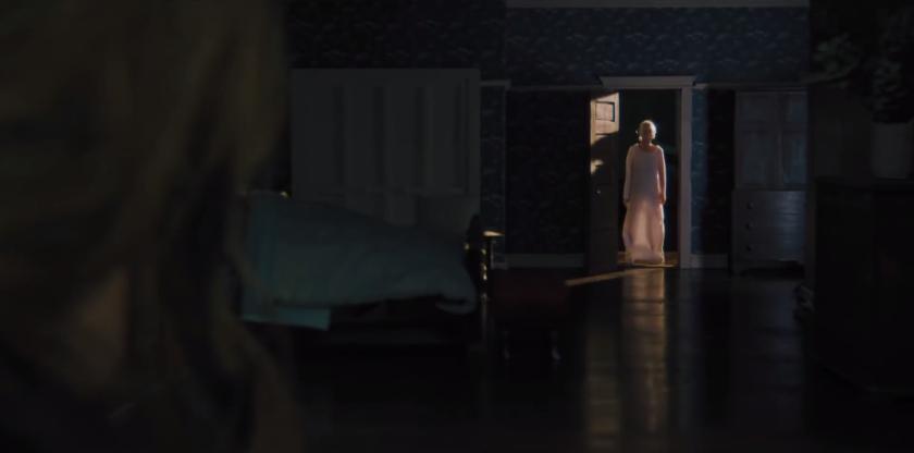 Hérédité film 2018 Annie apercevant sa défunte mère se tenant à la porte d'entrée