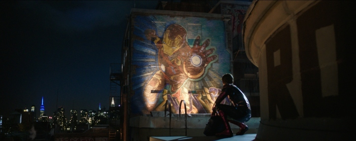 spiderman far from home Peter Parker en tenue de Spiderman regarde un graffiti d'Iron Man