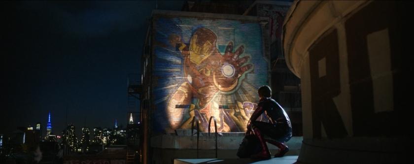 spiderman far from home Peter Parker en tenue de Spiderman regarde un graffiti d'Iron Man