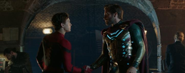 spiderman far from home Peter Parker sert la main de Quentin Beck alias Mysterio