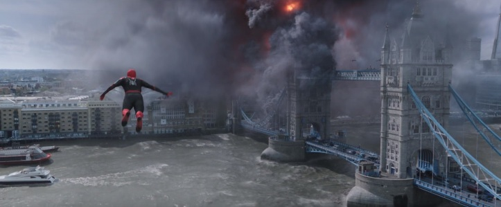 Spiderman Far From Home Spiderman plane pres du tower bridge de londres
