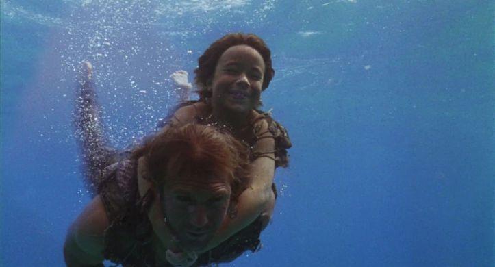 waterworld 1995 Enola aggripée à Mariner nageant sous l'eau