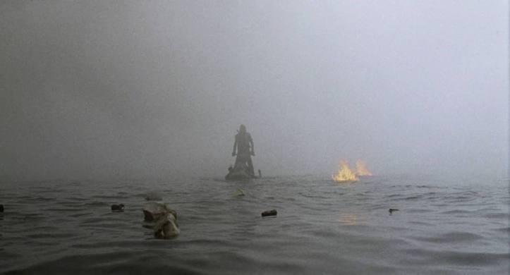 waterworld 1995 Mariner sur un scooter des mers seul sur l'océan où des débirs de bateau flottent