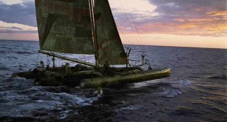 Waterworld Mariner naviguant au crépuscule sur l'océan avec son Trimaran