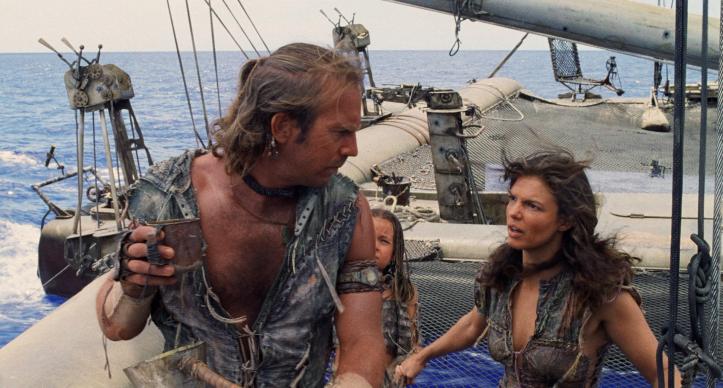 Waterworld Mariner sur son Trimaran regardant d'un air hostole Helen accompagnée d'Enola