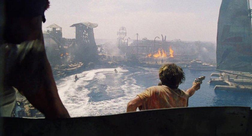 Waterworld un pirate pointant son arme vers le trimaran de Mariner