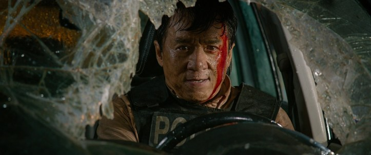 Bleeding Steel 2017 Lin Dong ensanglanté dans sa voiture dont le pare-brise a été cassé