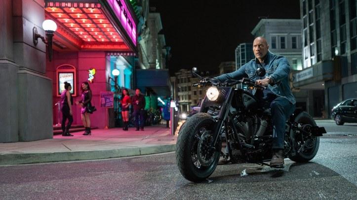 Hobbs-and-Shaw-Hobbs en moto de nuit
