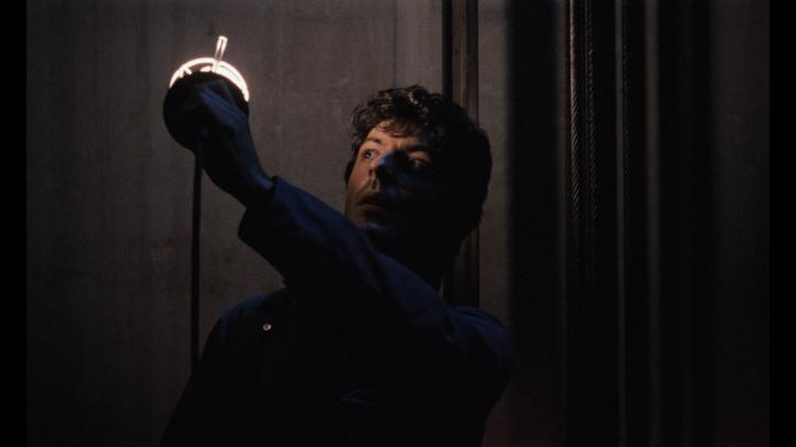 L'ascenseur 1983 Felix utilisant une lampe dans la cage d'ascenseur