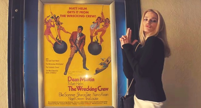 Once-Upon-a-Time-In-Hollywood Sharon Tate posant à coté de l'affiche d'un de ses films