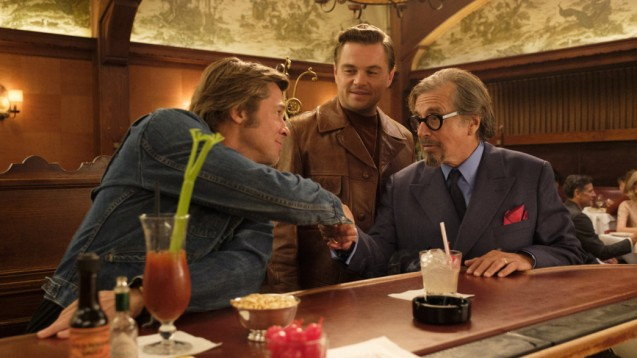 once_upon_a_time in hollywood cliff booth sous les yeux en joie de rick dalton sert la main de mr schwarz