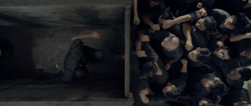the-raid-2-berandal scène des toilettes de la prison