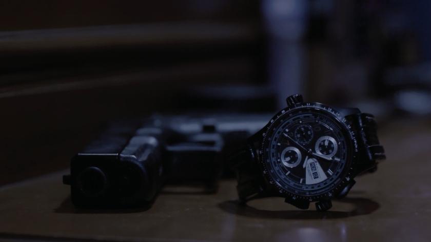 The raid plan sur une montre et un pistolet