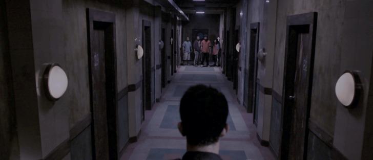 The raid Rama dans un long couloir face à 4 hommes armés