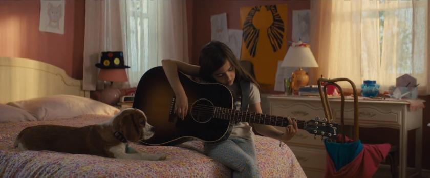 Mes autres vies de chien C.J enfant jouant à la guitare aux cotés de Molly sur son lit