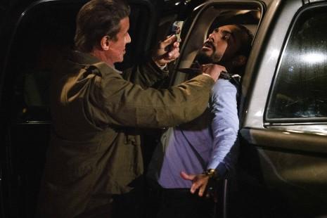 Rambo last blood John Rambo menacant au couteau un des hommes de Martinez