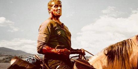 Rambo-Last-Blood john rambo se tenant sur son cheval le bras ensanglanté