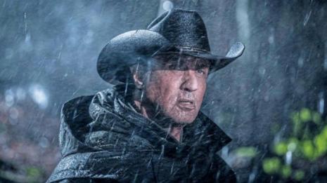 rambo-last-blood John Rambo sous la pluie portant un chapeau de cow boy