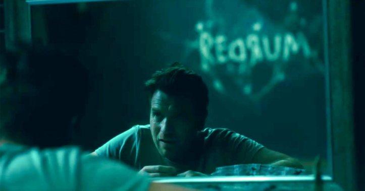 doctor-sleep Danny devant un miroir reflétant une inscription familiere sur le mur de sa chambre