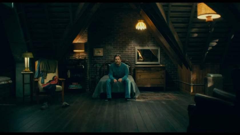Doctor sleep Danny Torrance, adulte seul dans sa chambre sur son lit
