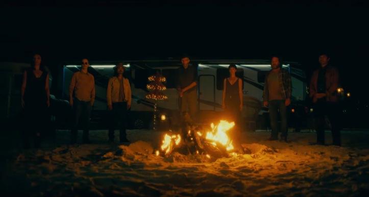 Doctor sleep le groupe de Rosie rassemblé autour d'un feu