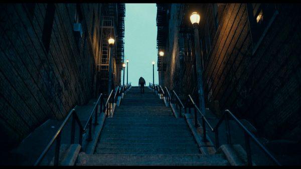 joker 2019 Arthur Fleck remontant les nombreuses marches d'une ruelle alalnt jusqu'à son appartement