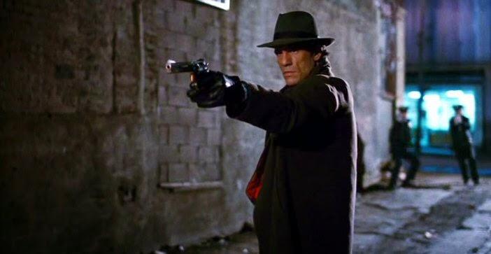 Maniac cop 2 Robert Davi braquant au pistolet dans une ruelle