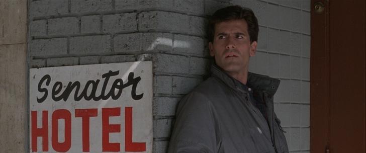 Maniac Cop Bruce Campbell à coté d'un Hotel