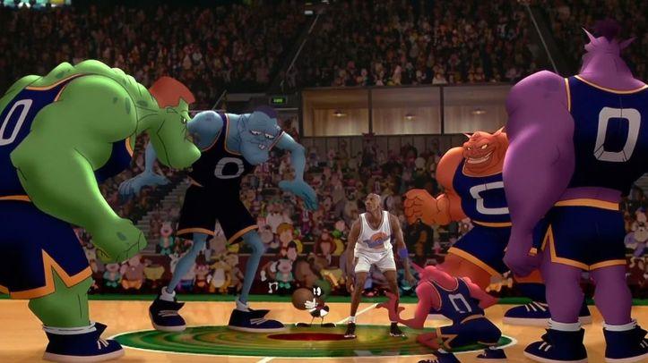 Space Jam Michael Jordan entouré par les monstars sur un terrain de basket