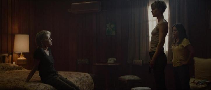 terminator--dark-fate sarah connor assise sur un lit face à Grace et Dani