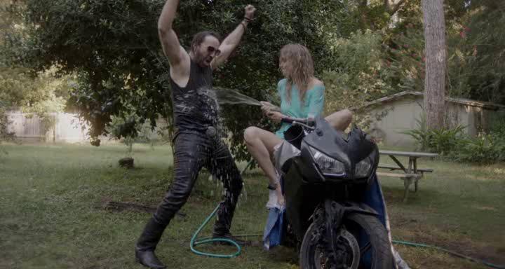 Between worlds Joe chahute avec Billie en réparant sa moto