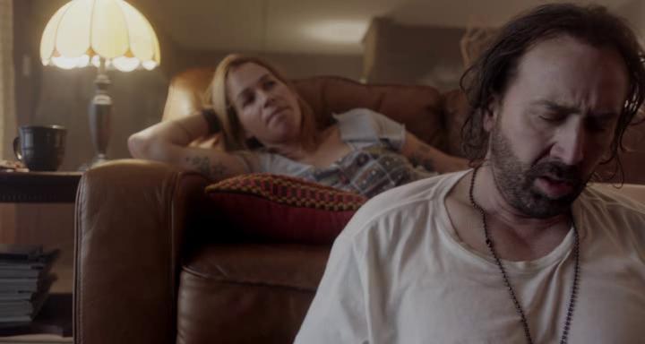 Between worlds moment de confidences entre Julie allongé sur son canapé et Joe assis par terre devant elle