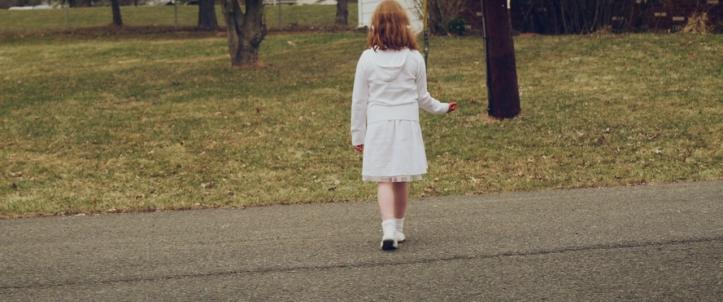 Child Eater une petite fille rousse à la main ensanglanté traverse une route