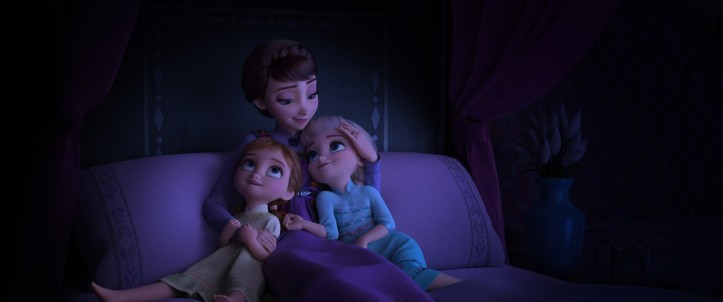 La Reine des neiges 2 Elsa et Anna petites filles se tenant sur leur lit dans les bras de leur mère