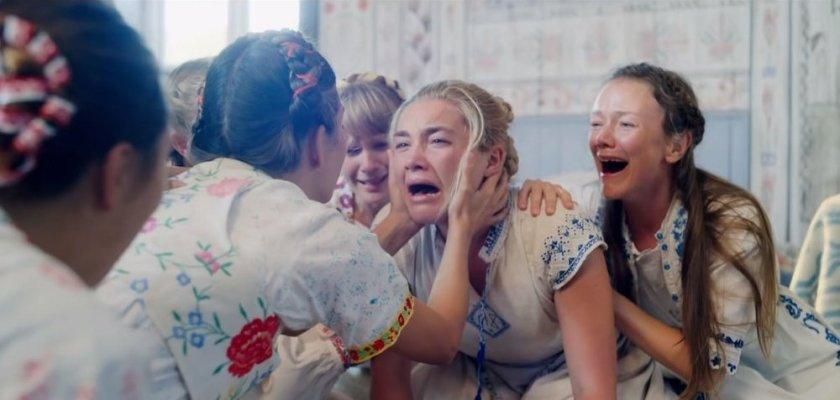 Midsommar Dani hurlant de souffrance en compagnie de femmes de la communauté d'Harga
