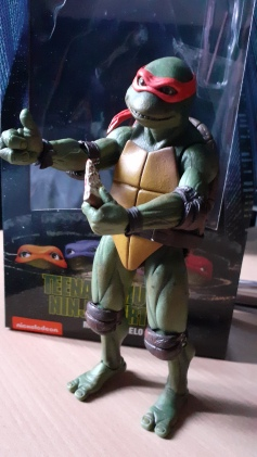 TEENAGE MUTANT NINJA TURTLE ACTION FIGURE MICHELANGELO Neca tenant une part de pizza