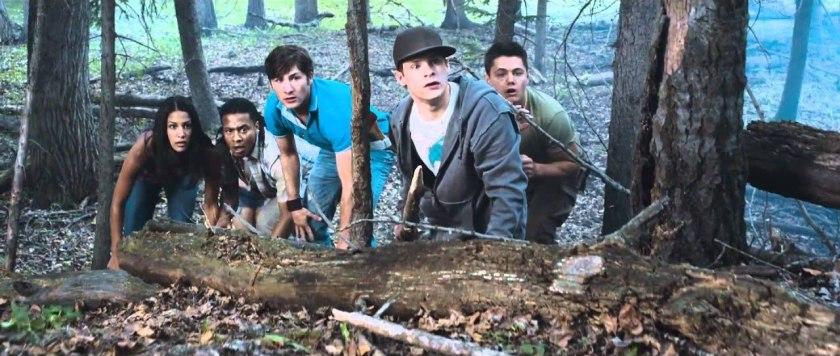 Tucker et Dale Fightent le mal Chad et ses amis observent cachés dans la foret la cabane où vivent Tucker et Dale