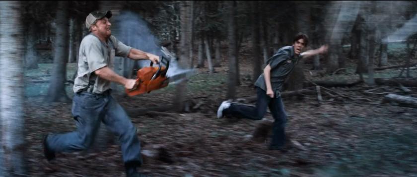 tucker et dale fightent le mal Tucker courant tronçonneuse à la main à coté d'un jeune terrifié courant